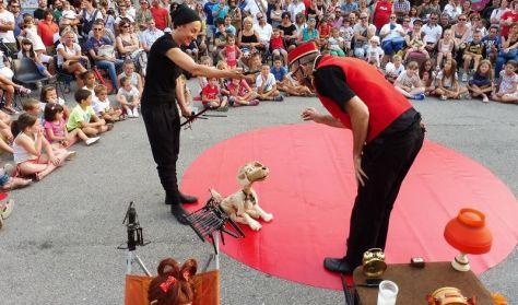 Gadeteater: Fabiola og hunden